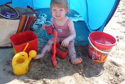 Direct à la plage, construction de château de sable...